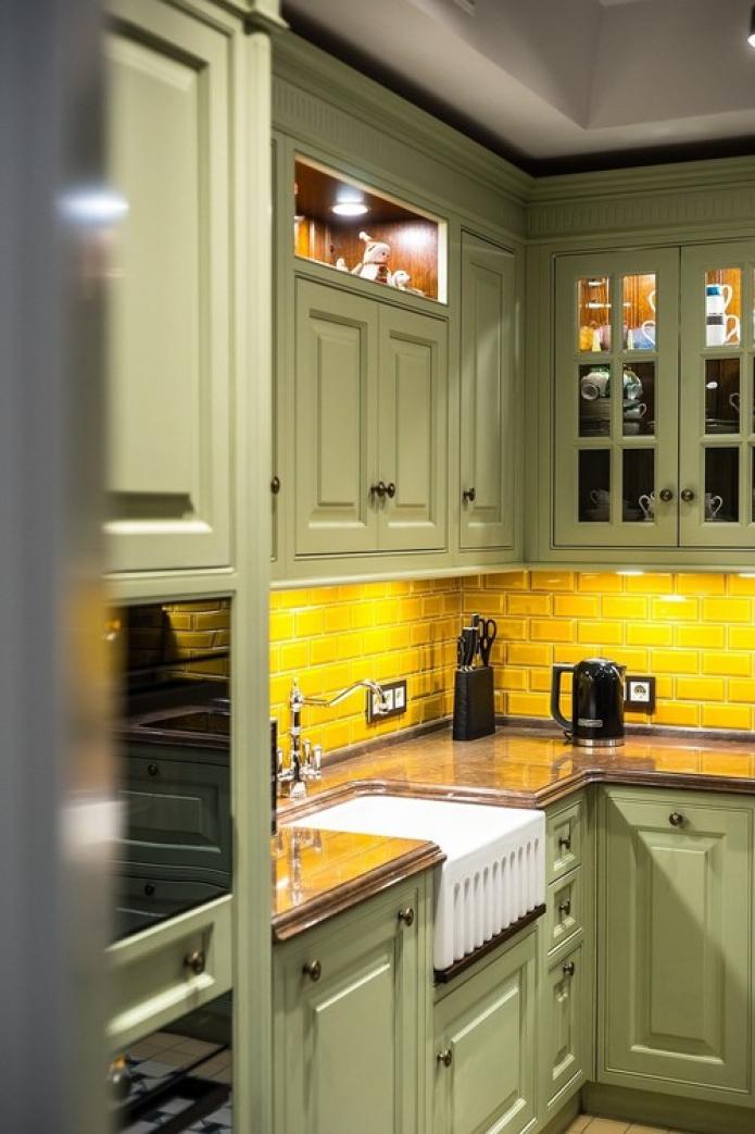 tablier jaune dans la cuisine