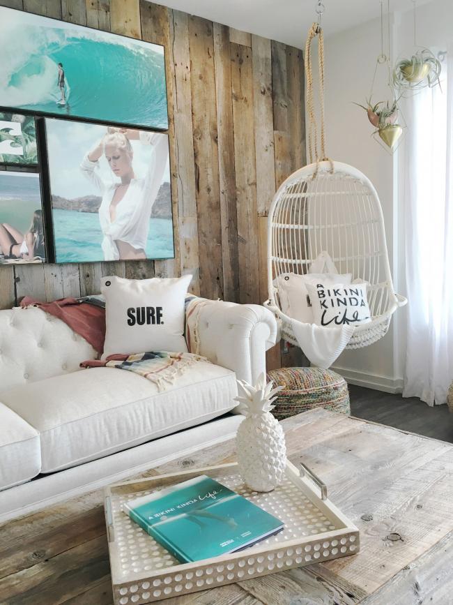 Les petits coussins de canapé en forme d'étoile de mer ou simplement avec des inscriptions rappelant la mer, la plage, l'été s'intègrent très harmonieusement