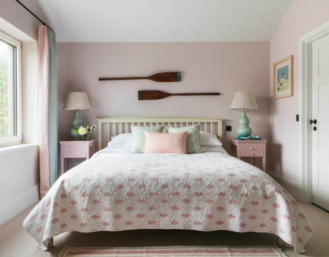 Petite chambre décorée dans des tons pastel