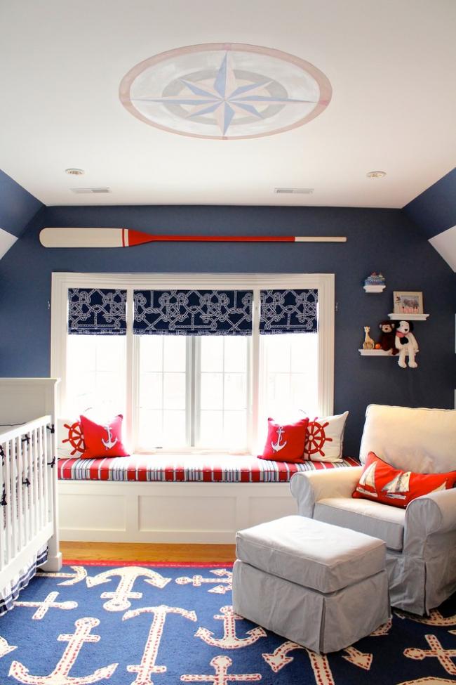 Chambre d'enfant confortable avec coin salon près de la fenêtre