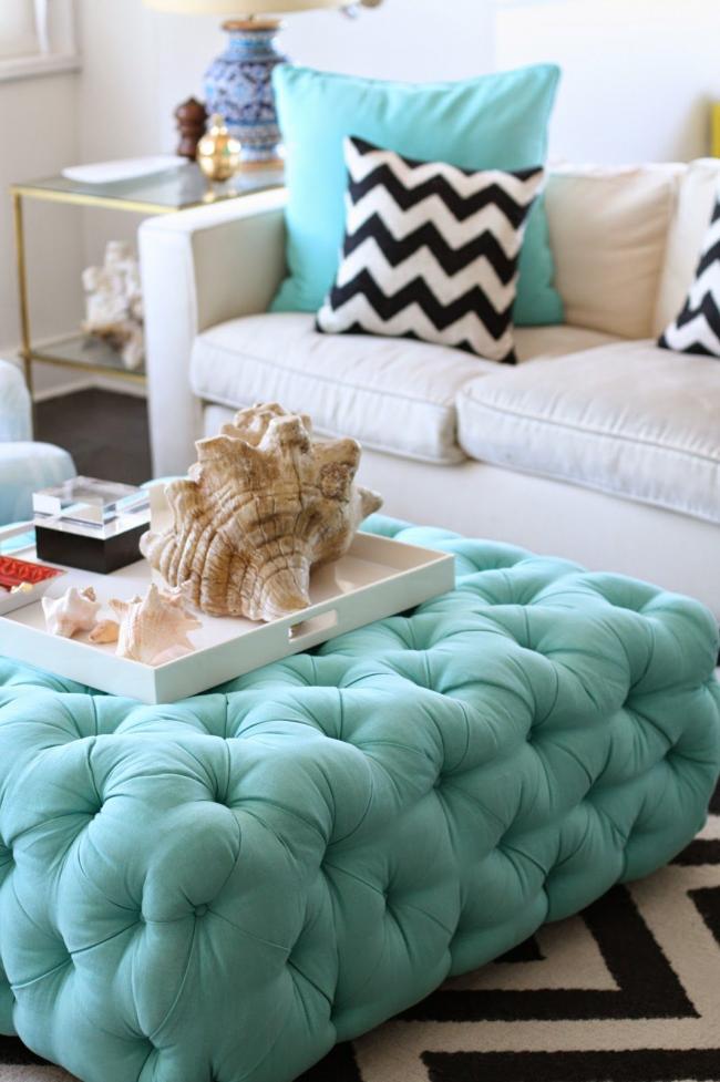Salon moderne avec accessoires en mousse de mer et faveurs de plage