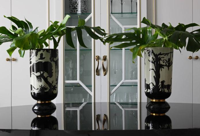 Vases aux motifs exotiques