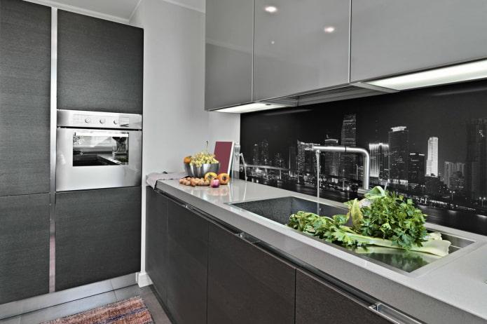 écorché avec vue sur la métropole nocturne dans une cuisine gris-blanc
