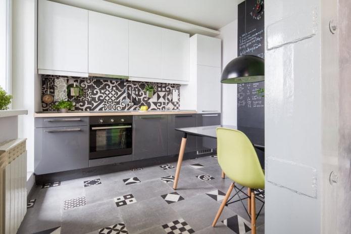 cuisine grise et blanche avec mosaïque au sol et sur le tablier