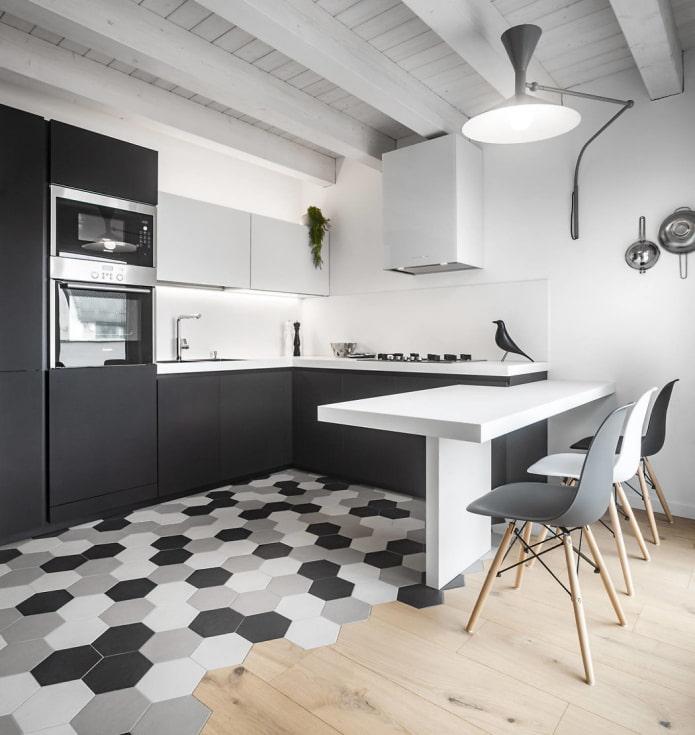 belle combinaison de carreaux et de bois sur le sol d'une cuisine gris-blanc
