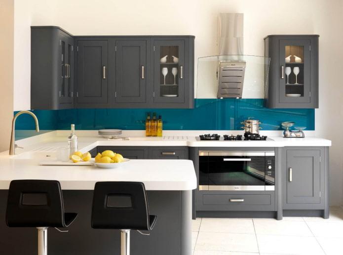 peaux turquoises dans une cuisine grise et blanche