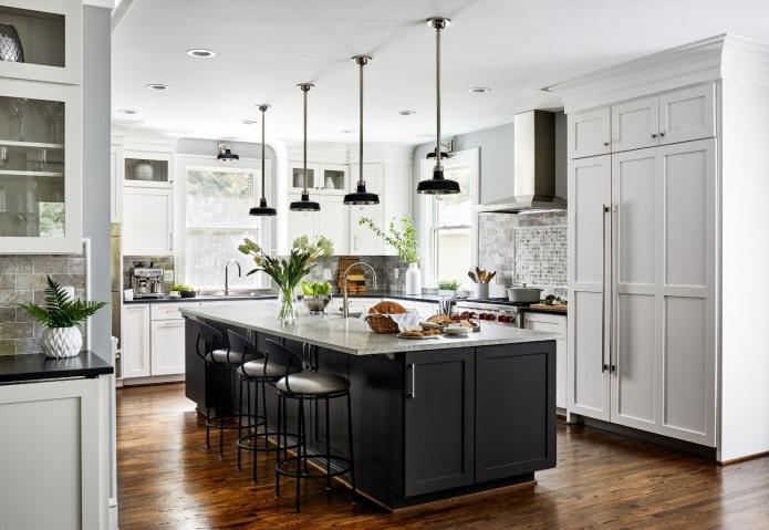 Plancher de bois jaune-brun brillant dans une cuisine grise et blanche