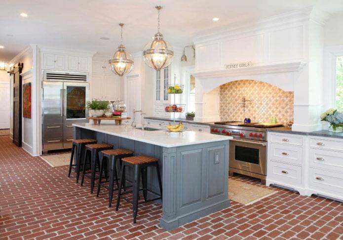 le sol dans la cuisine grise et blanche sous forme de briques rouges