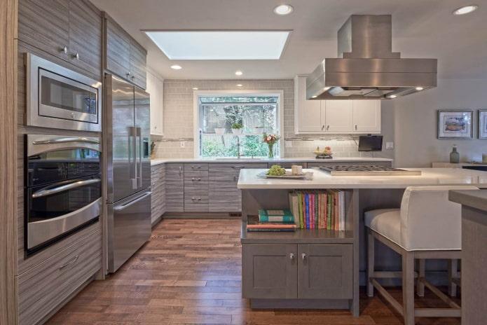 lampe en acier massif et appareils électroménagers en argent dans une cuisine grise et blanche