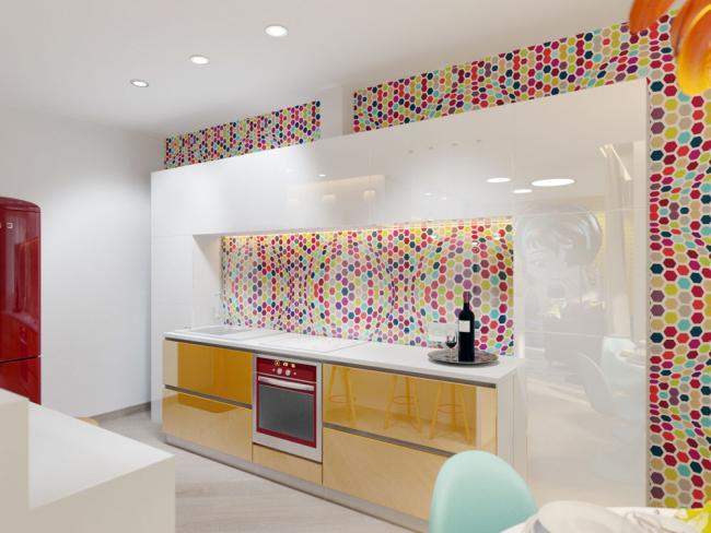 Papier peint et tablier identiques dans la cuisine créent une composition unique