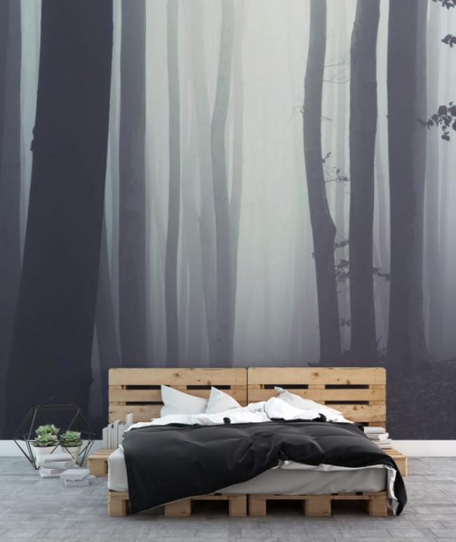 L'image sur le mur crée une atmosphère particulière dans la pièce