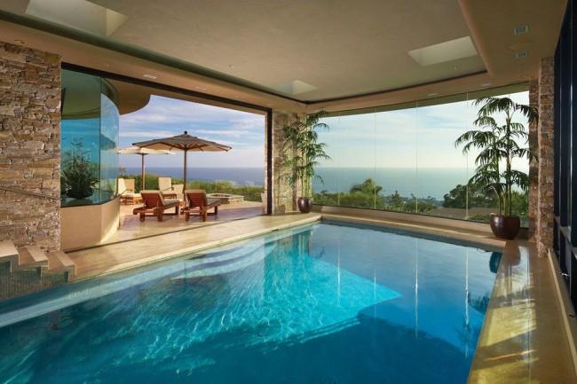 La piscine avec des fenêtres panoramiques est très belle