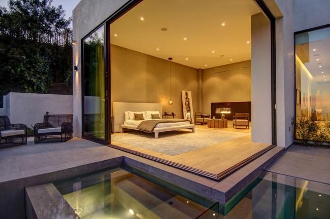 Les portes-fenêtres aideront à agrandir visuellement la taille de la pièce