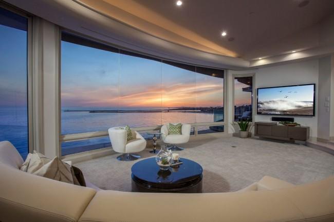 Vitrage panoramique à l'intérieur d'un salon moderne