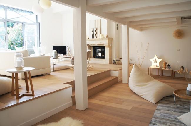 Chambre confortable panoramique avec un stratifié clair