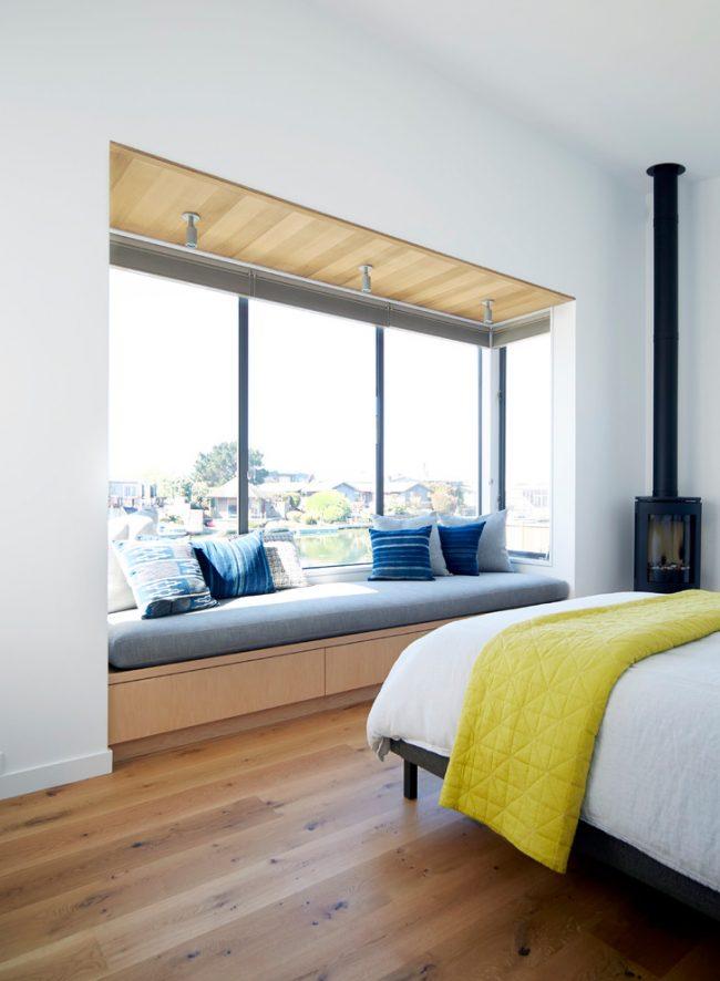 Le rebord du canapé peut être équipé sur un petit balcon combiné avec le salon