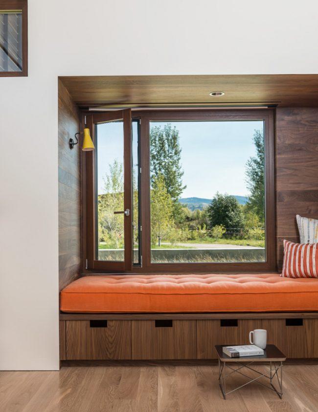 Un rebord de canapé avec un matelas moelleux peut bien devenir une couchette à part entière
