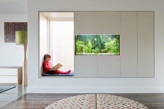 Un large rebord de fenêtre avec un coin salon est parfait pour une chambre d'enfant