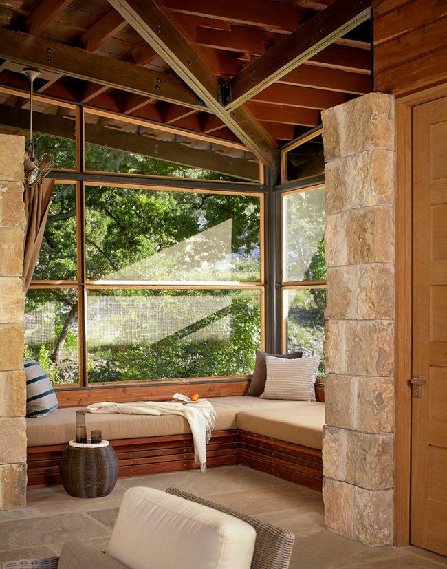 Une alliance réussie du bois et de la pierre à l'intérieur de la salle de repos