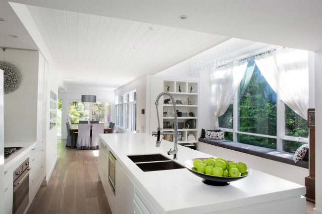 Minimalisme à l'intérieur de la cuisine d'une maison privée