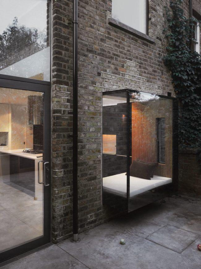 Un balcon en verre avec un coin salon est une décision très audacieuse