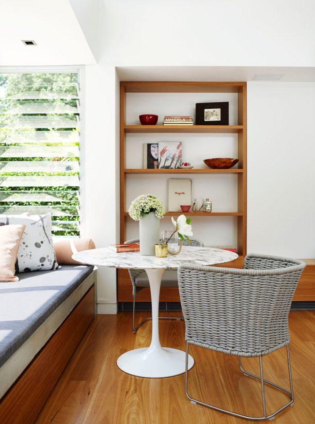 Coin salon confortable avec un rebord de canapé en bois
