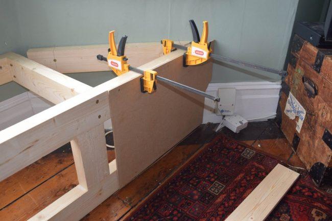 Installation du cadre pour le rebord de la fenêtre du canapé