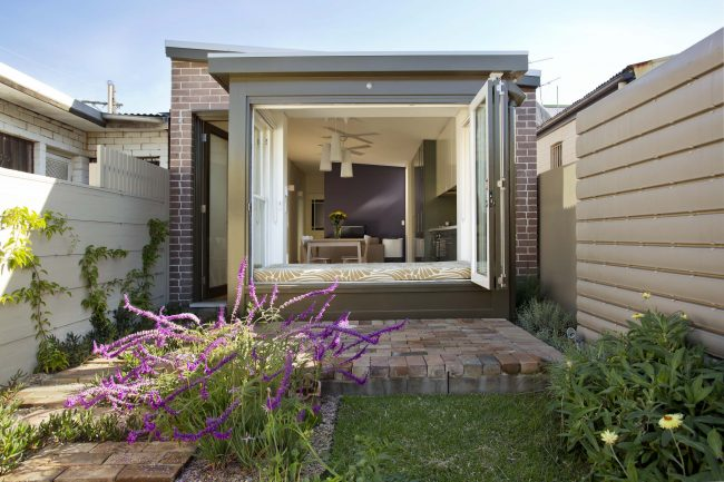 Un rebord de canapé avec des fenêtres coulissantes est idéal pour se détendre pendant la saison chaude