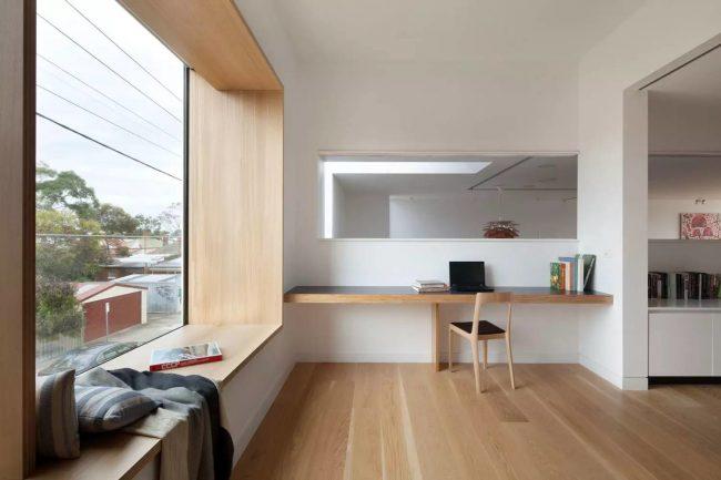 Rebord de fenêtre confortable à l'intérieur du style Art Nouveau