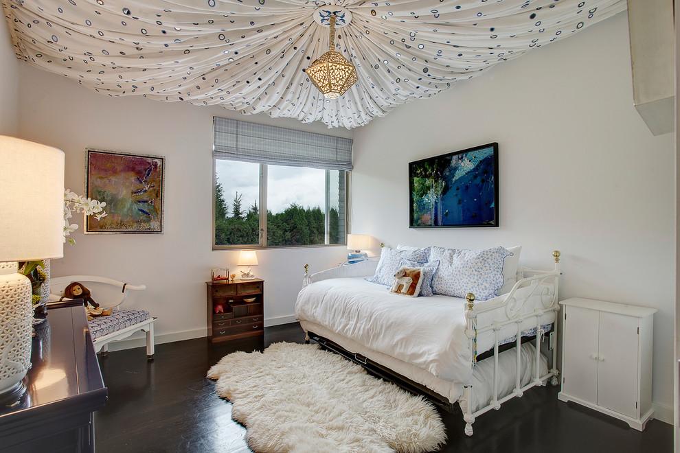 Vous pouvez donner à la pièce un aspect confortable et doux en drapant le plafond.