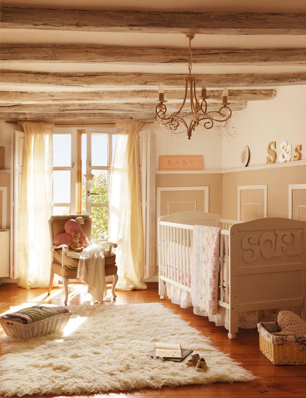 Pour décorer le plafond d'une chambre d'enfant dans le style provençal, les poutres décoratives avec un traitement inégal de couleur marron clair sont parfaites