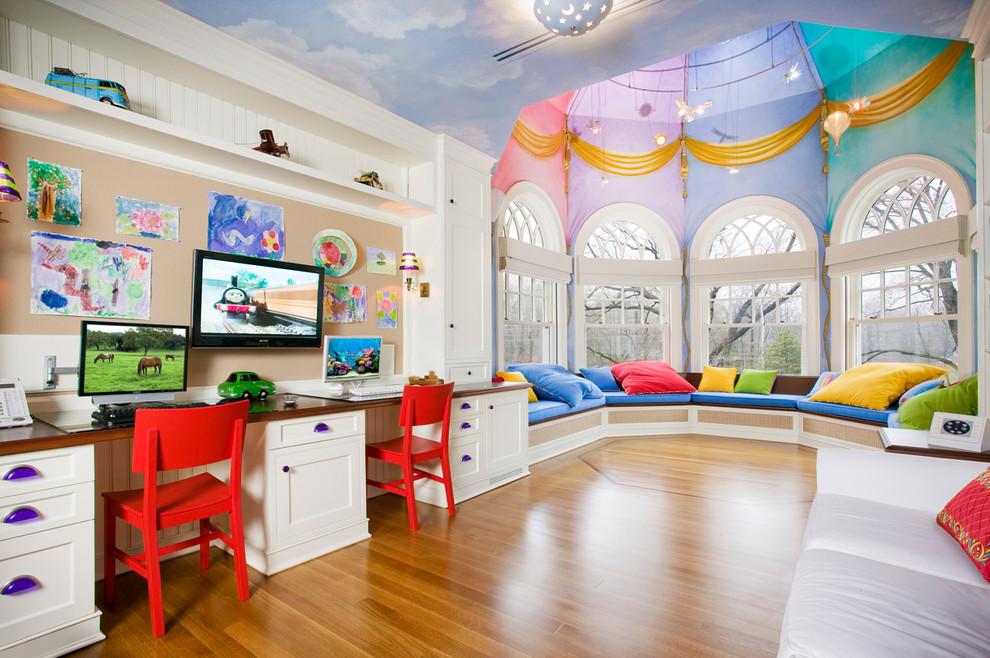 Le plafond d'une chambre d'enfant peut devenir une partie intégrante de l'intrigue colorée de l'intérieur