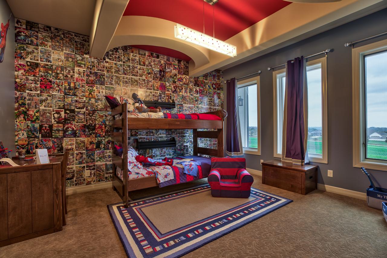 Pour décorer un plafond non conventionnel dans une chambre d'enfant, il suffit d'améliorer la base, par exemple, en appliquant de la peinture sur les parties en retrait et en saillie de différentes couleurs.