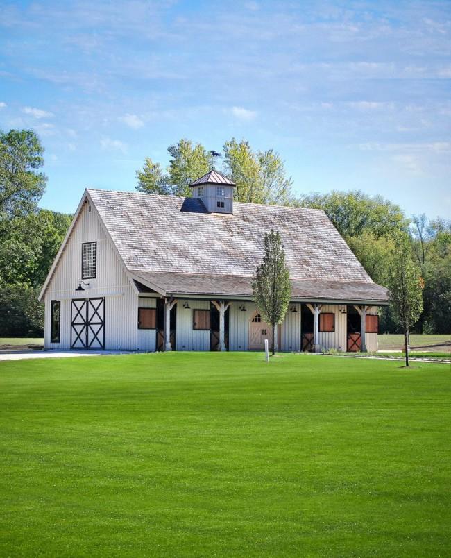Une grange pour une résidence d'été est un moyen facile d'obtenir le niveau de confort minimum nécessaire dans les plus brefs délais.