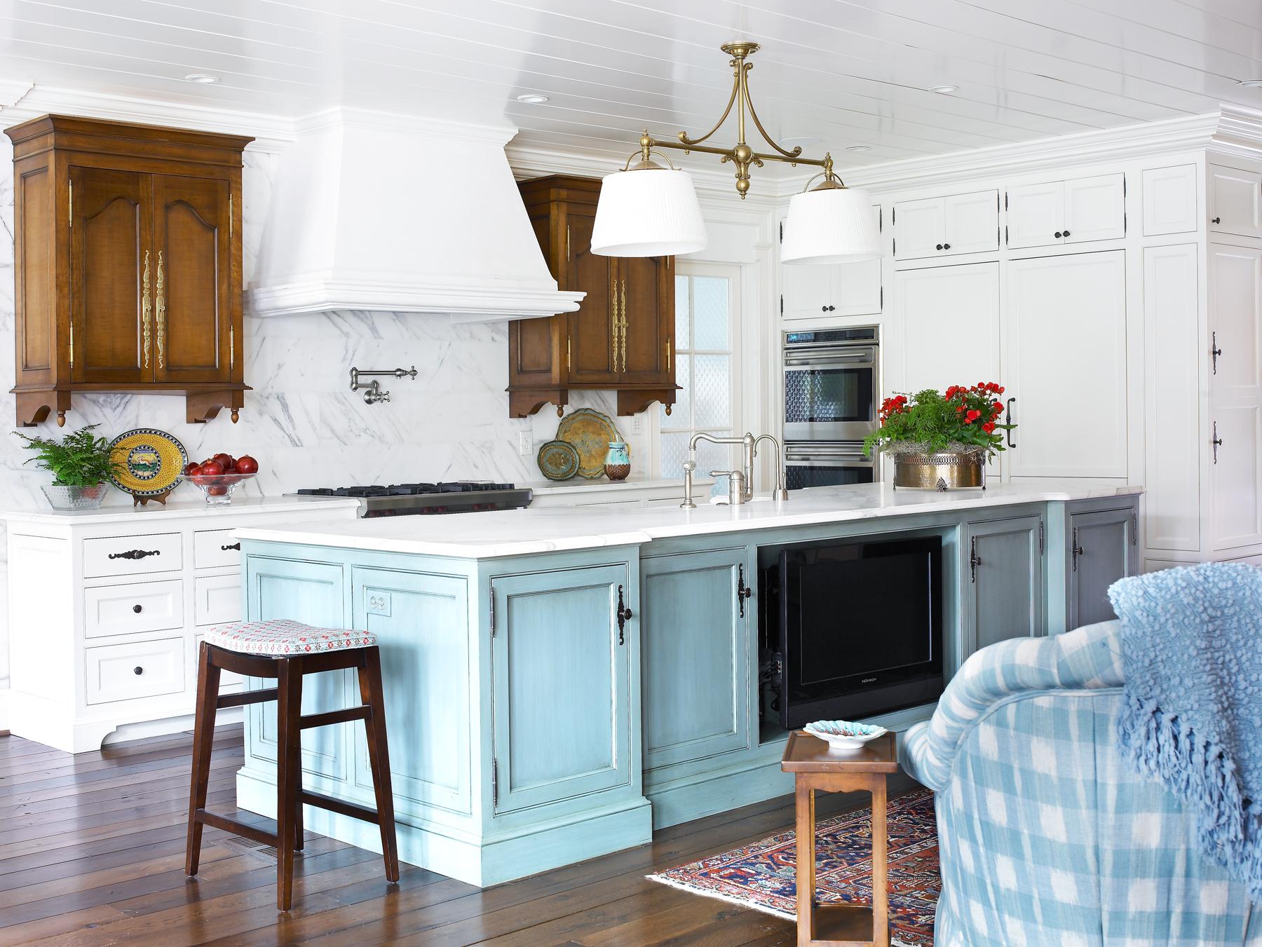 Une belle combinaison de meubles blancs et bleus à l'intérieur de la cuisine