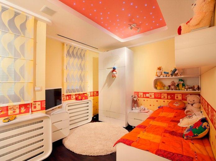 plafond tendu blanc-orange dans la chambre des enfants