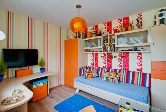 plafond tendu blanc à un niveau dans la chambre des enfants