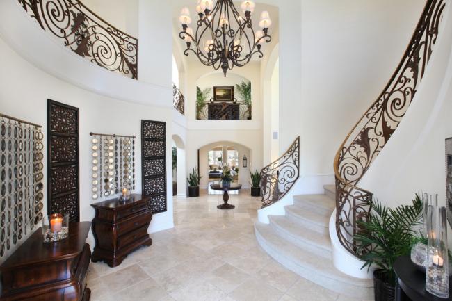 Escalier luxueux avec garde-corps en fer forgé à l'intérieur dans l'esprit art déco