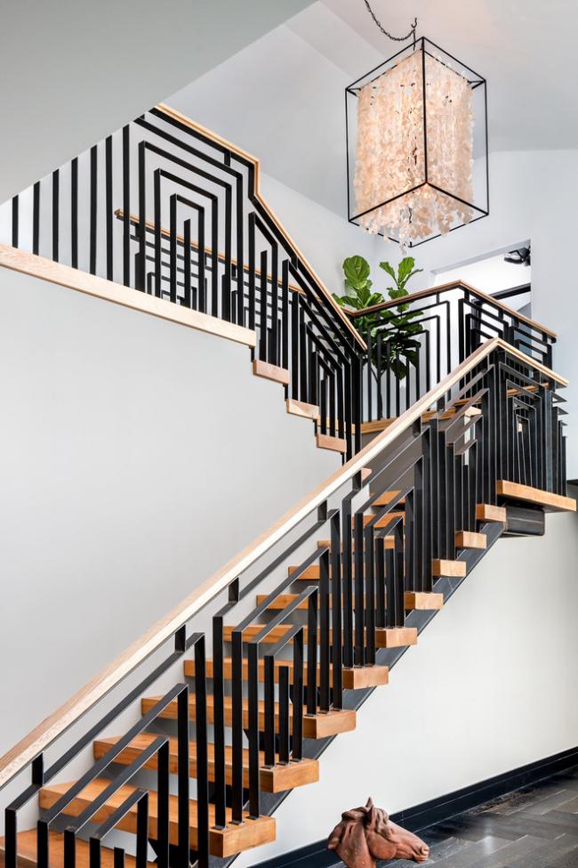 Combinaison harmonieuse de métal et de bois dans un escalier à deux volées