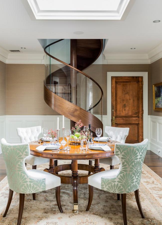 Un escalier en colimaçon original dans un intérieur néoclassique