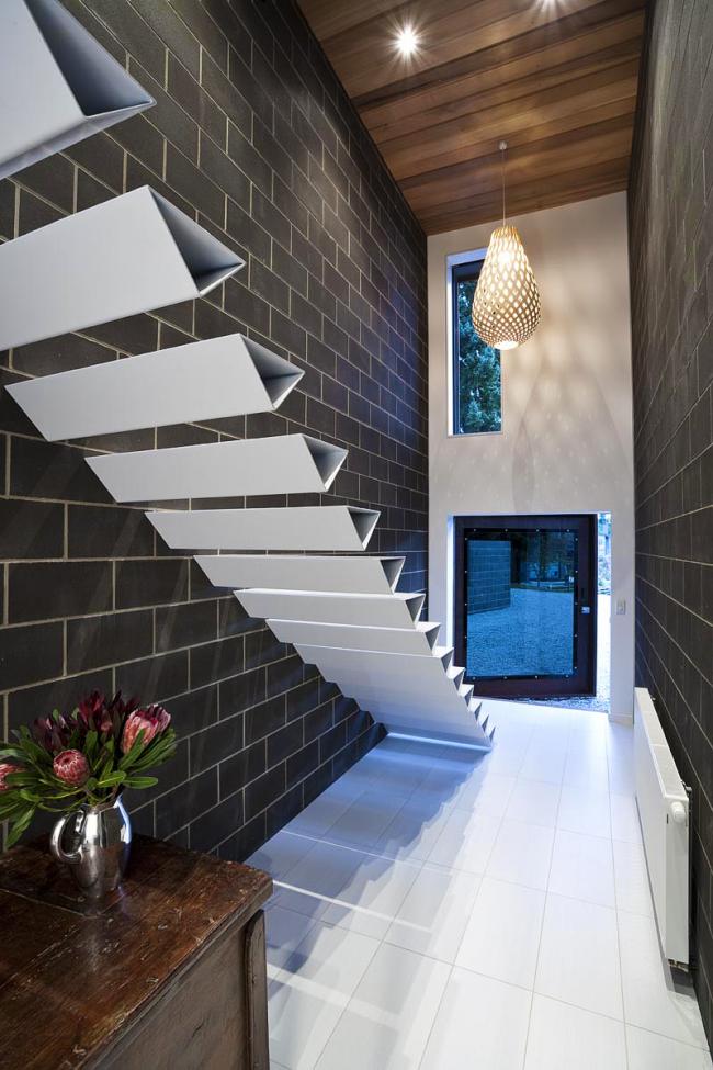 La forme donne une force supplémentaire aux marches.  Dans un intérieur moderne, les formes non standard ont fière allure - triangulaire, en forme de losange