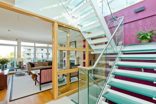 Légèreté et transparence, mais en même temps sécurité de la structure de l'escalier en verre