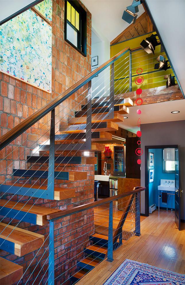 L'escalier droit avec marches de fixation au mur porteur est la meilleure option pour toute maison de campagne