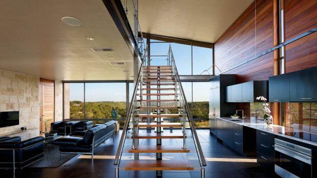 Les escaliers modernes n'alourdissent pas l'intérieur, mais au contraire, ils peuvent agrandir visuellement son espace.