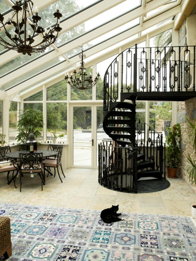 L'escalier en colimaçon dans les maisons de style anglais et gothique est particulièrement sophistiqué