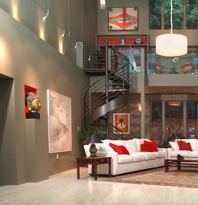 Conception transitionnelle d'un escalier en colimaçon en métal léger qui s'intègre parfaitement dans un moderne à deux niveaux
