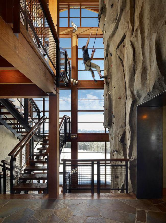 Escalier multi-marches sur kosoura à partir de canaux et mur d'escalade domestique dans le hall de style industriel