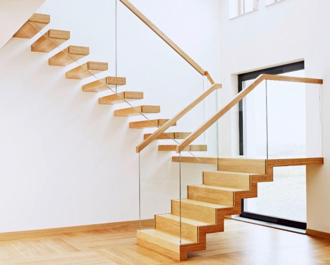 Les bois clairs sont préférables pour les escaliers dans les intérieurs minimalistes