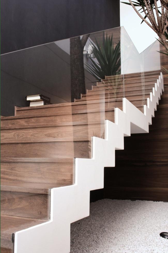 Conception minimaliste d'escalier en bois et verre