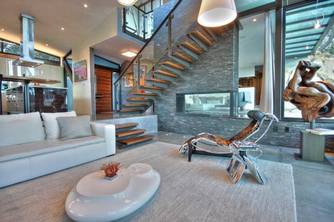Escalier moderne au deuxième étage dans un intérieur futuriste